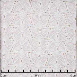 Tissu coton brodé blanc cassé à motif feuilles ajourées | pretty mercerie | mercerie en ligne