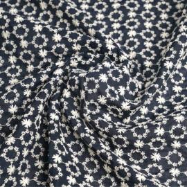 Tissu coton brodé bleu foncé à motif couronnes de fleurs ajourées blanc   Pretty Mercerie   mercerie en ligne