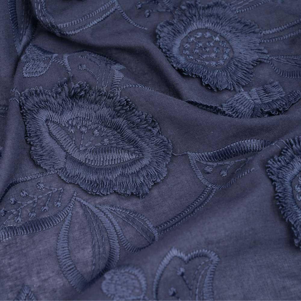 Tissu coton broderie anglaise bleu marine motif fleurs et pétales à franges   Pretty mercerie   mercerie en ligne